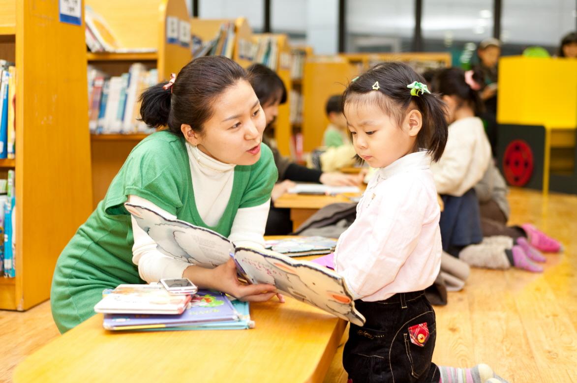 ▲ 어린이가 동화기차어린이도서관에서 동화책을 들여다보고 있다.