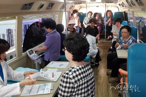▲ 시민들이 '이동건강버스' 안에서 진료를 받고 있다.
