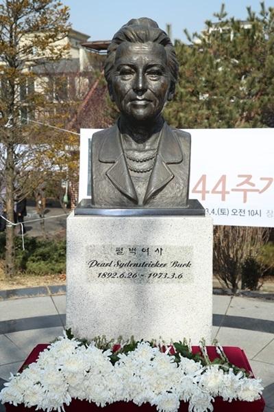 ▲ 심곡본동에 위치한 펄벅기념관의 펄벅여사 동상