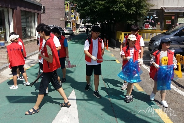 ▲ 성곡동 행정복지센터에서는 청소년 자원봉사자 참여로 환경 정비활동을 실시했다.