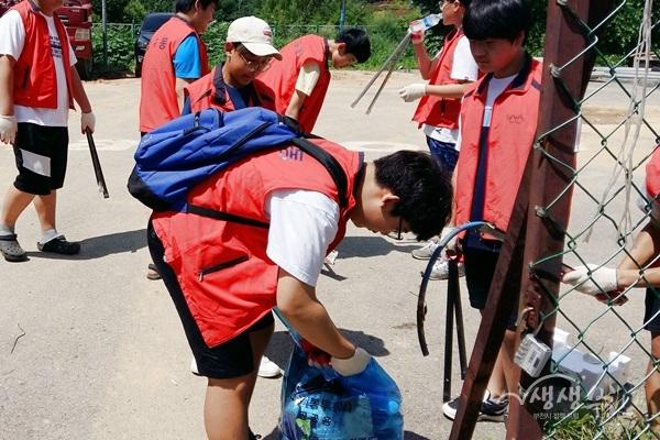 ▲ 성곡동 행정복지센터에서는 청소년 자원봉사자의 참여로 환경 정비활동을 실시했다.