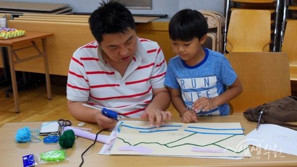 ▲ 아빠와 함께 수업을 듣는 어린이