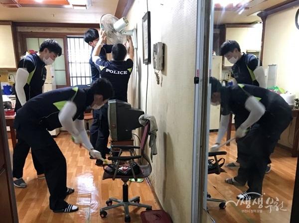 ▲ 지방경찰청 제4기동단 경찰44기동대는 고강본동에 사는 거동이 불편한 독거노인의 집을 방문해 '사랑의 집 청소' 봉사를 했다.