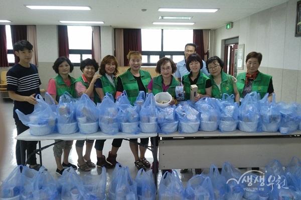 ▲ 도당동 새마을부녀회는 어르신들을 위한 삼계탕 나눔을 실시했다.