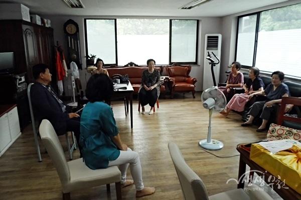 ▲ 중2동 복지협의체는 관내 경로당을 방문해 환경을 점검하고 노인맞춤형 복지제도를 홍보했다.