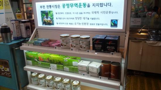 ▲ 커피시장에서 판매하고 있는 공정무역 제품들