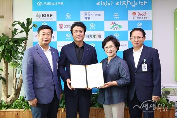 ▲ 김만수 부천시장이(왼쪽에서 두번째) 매니페스토 우수사례 경진대회 최우수상장을 들어보이고 있다.