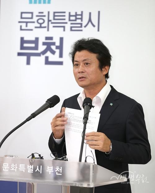 ▲ 김만수 부천시장이 23일 기자회견을 열고 상동신세계백화점 건립과 관련한 입장을 밝혔다.