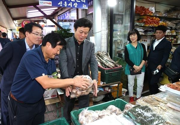 ▲ 김만수 부천시장이 추석 장보기를 위해 신흥시장을 방문했다.