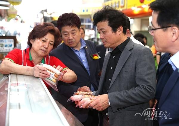▲ 이날 김만수 부천시장은 신흥시장 상인들을 격려하고 애로사항을 청취했다.