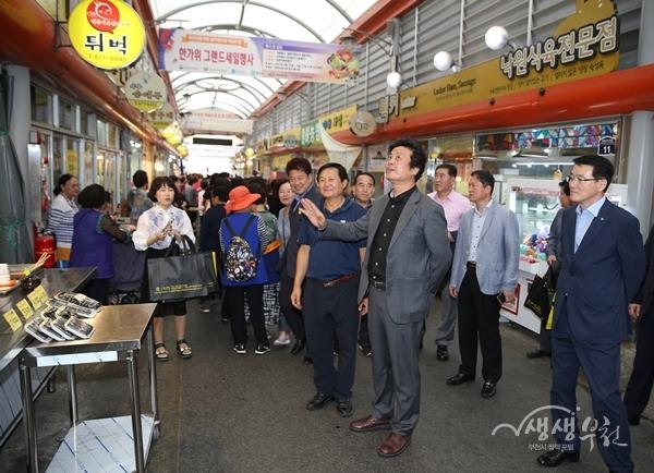 ▲ 김만수 부천시장이 신흥시장을 둘러보고 있다.