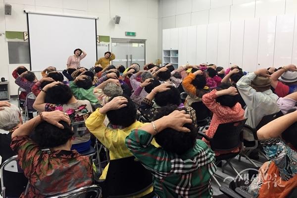 ▲ 부천시 보건소의 '어르신 마음 활짝 웃음치료' 프로그램 운영모습