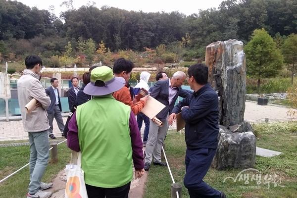 ▲ 정책연수 참석자들이 부천자연생태공원을 둘러보고 있다.