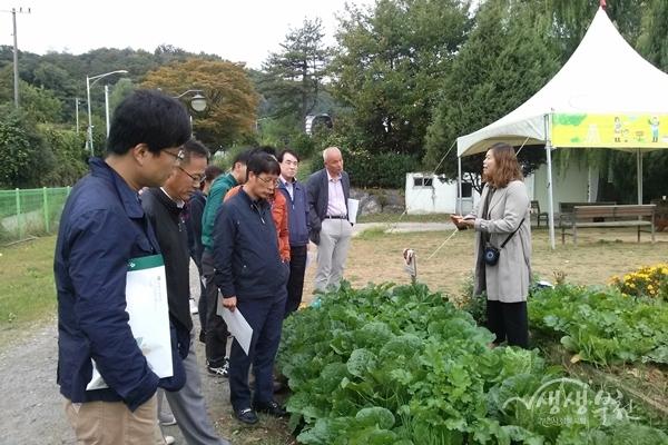 ▲ 정책연수 참석자들이 여월농업공원을 둘러보며 설명을 듣고 있다.