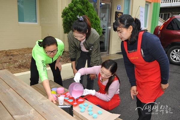 ▲ 시민들이 사래이예술마당에서 천연비누만들기 체험을 하고 있다.