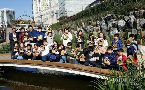 ▲ 새집달기 행사에 참여한 중앙초등학교 학생들이 기념촬영을 하고 있다.