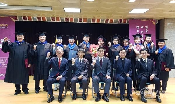 ▲ 부천인생학교 대표 수강생들이 기념촬영을 하고 있다.