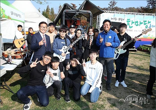 ▲ 제2회 부천시 도시농업 한마당 축제 - 개막공연팀 기념촬영