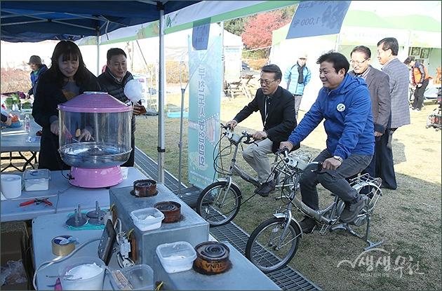 ▲ 제2회 부천시 도시농업 한마당 축제 현장을 돌아보는 김만수 시장
