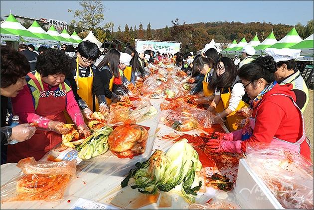 ▲ 제2회 부천시 도시농업 한마당 축제 - 김장 담그기 체험