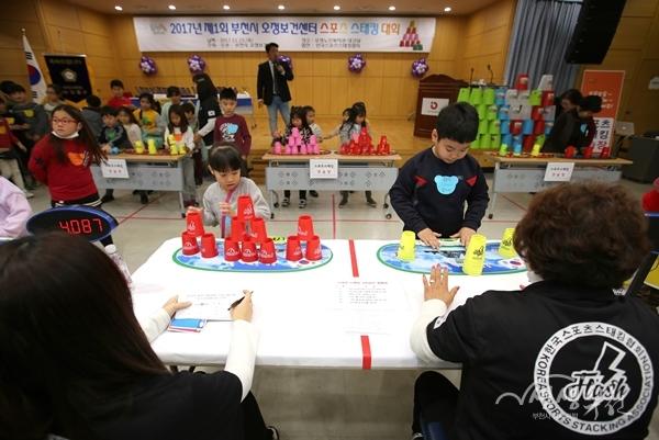 ▲ 어린이 참가자들이 스포츠스태킹 경기를 펼치고 있다.
