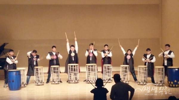 ▲ 장미화 음악회 '더불어' 참여 청소년들이 난타공연을 선보이고 있다.