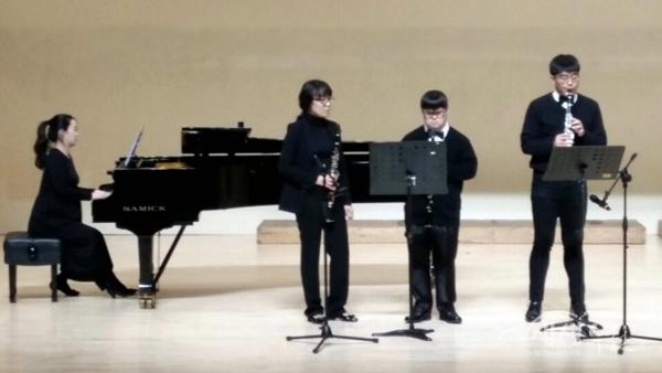 ▲ 장미화 음악회 '더불어' 참여 청소년들이 공연을 선보이고 있다.