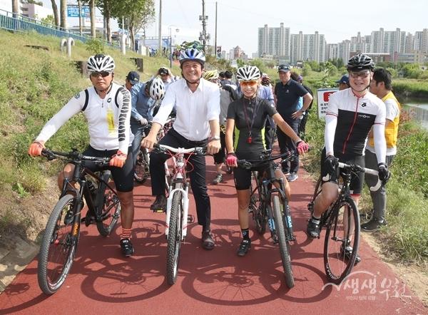▲ 부천시가  '2017년 자전거 이용 활성화 우수단체 공모전'에서 대통령상을 받는다.(사진은 지난 5월 굴포천 소통의교량 개통기념 라이딩 모습)