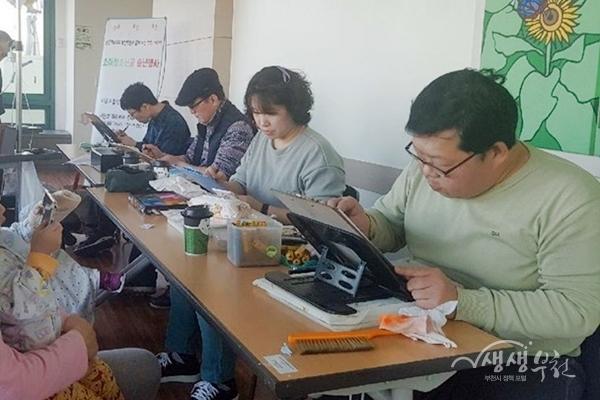 ▲ 소아암환우를 위한 캐리커처를 그리고 있는 만화작가들