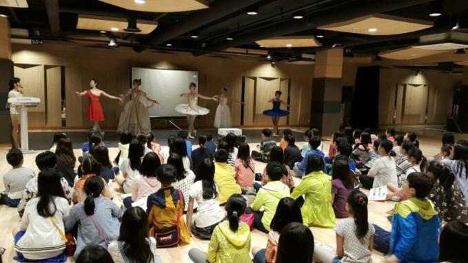 ▲ 지난 5월 열린 '꿈다락토요문화학교' 중 청소년들이 현직 발레리나로부터 발레수업을 듣고 있는 모습.