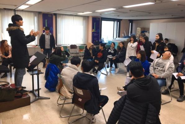 ▲ 지난달 열린 '꿈다락토요문화학교'에서 청소년들이 현직 뮤지컬 배우로부터 발성법을 배우고 있는 모습.