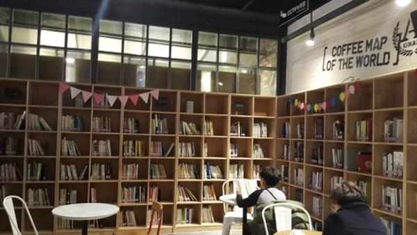 ▲ 영화도서관에서 책 읽는 시민