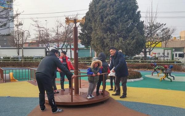 ▲ 아빠와 함께 나온 아이들의 놀이 모습