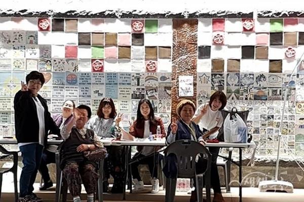 ▲ 평생학습축제 부스를 운영하고 있는 학습반디매니저와 지역주민