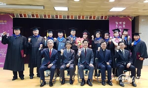 ▲ 지난해 11월 인생학교 졸업식에서 대표 수강생들이 기념촬영을 하고 있다.