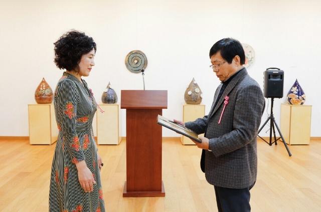 ▲ 2017부천미술-올해의 작가 전시회에서 부천예총회장에게 상을 수여받다