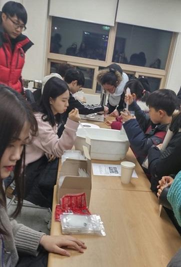 ▲ 사전행사 중의 하나인 '핫팩 만들기' 모습