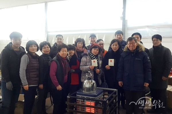 ▲ 부천시가 설 명절을 맞이해 어려운 이웃돕기에 나섰다.(사진은 상3동 복지협의체 겨울나기 물품 전달)