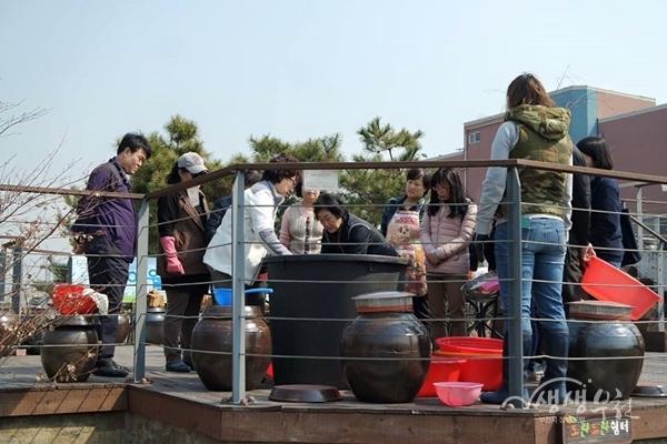 ▲ 부천여월농업공원 시민장독대 프로그램에 참여하고 있는 시민들