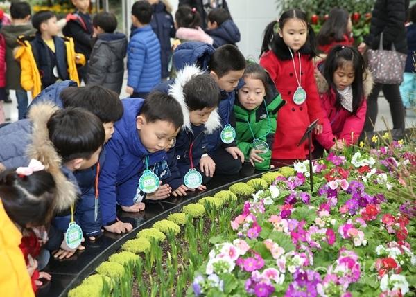 ▲ 지난해 봄꽃 전시회를 찾은 어린이들