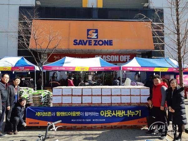 ▲ 세이브존 부천상동점에서는 어려운 이웃을 위한 쌀과 라면을 부천시 다사랑푸드마켓에 전달했다.