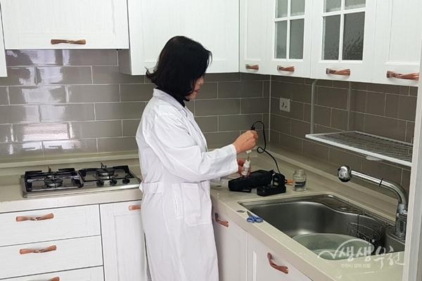 ▲ 가정방문 수돗물 품질검사 진행모습