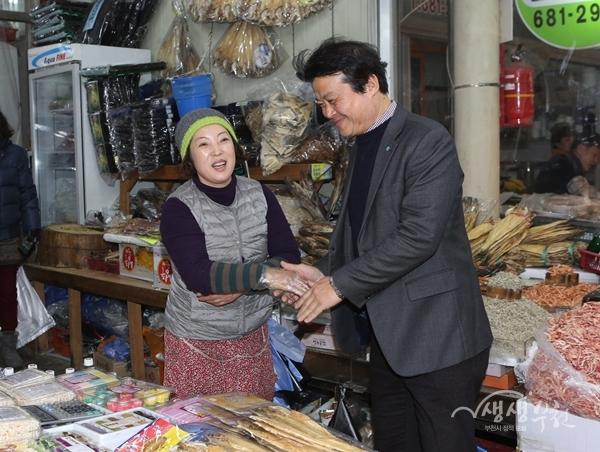 ▲ 김 시장은 시장상인들을 격려하고 애로사항을 청취했다.