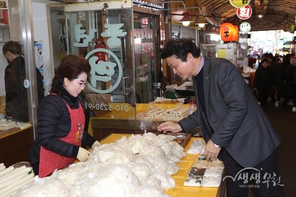 ▲ 김만수 부천시장이 역곡남부시장에서 설맞이 장을 보고 있다.