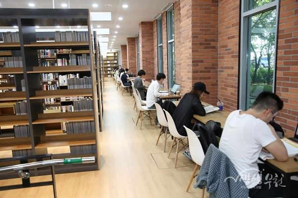 ▲ 도서관을 이용하고 있는 시민들
