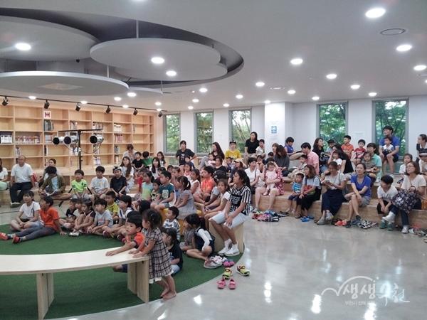 ▲ 도서관 프로그램에 참여하고 있는 어린이들