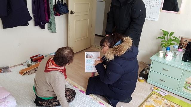 ▲ 어르신에게 화재예방 설명을 해 주고 있는 지역주민