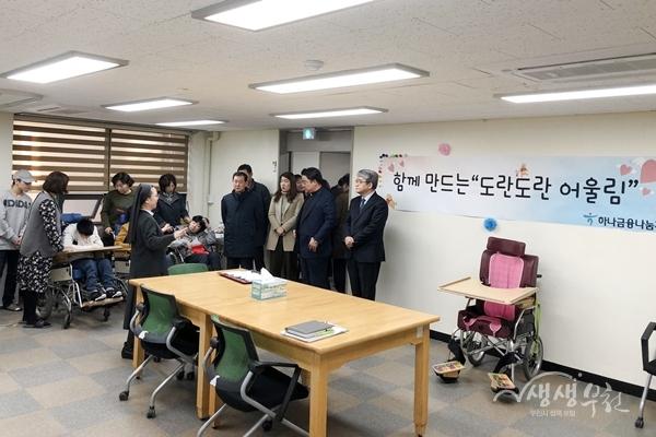 ▲ 개소식 참석자들이 뇌병변 활동실을 둘러보고 있다.