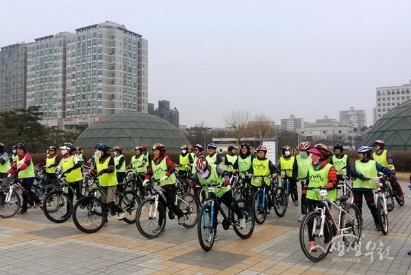 ▲ 시민자전거학교에서 자전거 수업을 받고 있는 시민들