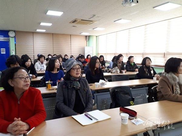 ▲ '그림책읽기·마음일기' 프로그램에 참여하고 있는 주민들